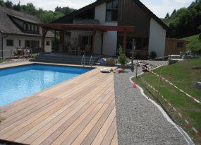 Drewniany taras z basenem